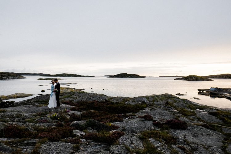 wedding on the cliffs, newly wed get married and celebrate at Lådfabriken